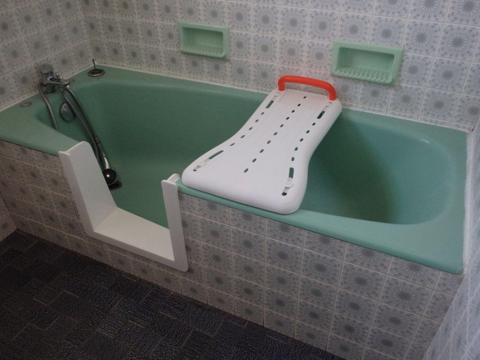 Acc s baignoire personne g e bordeaux sobain - Baignoire pour personne agee ...