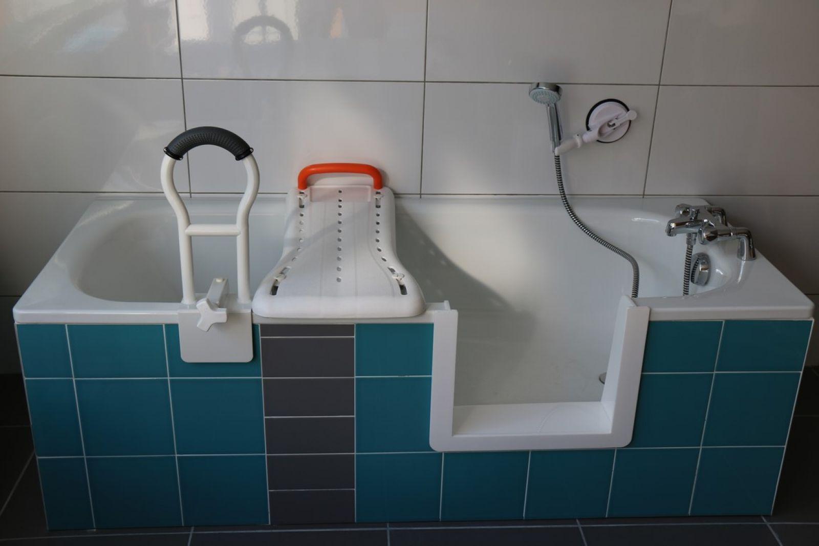 installer une baignoire a porte au rez de chauss e bordeaux sobain. Black Bedroom Furniture Sets. Home Design Ideas