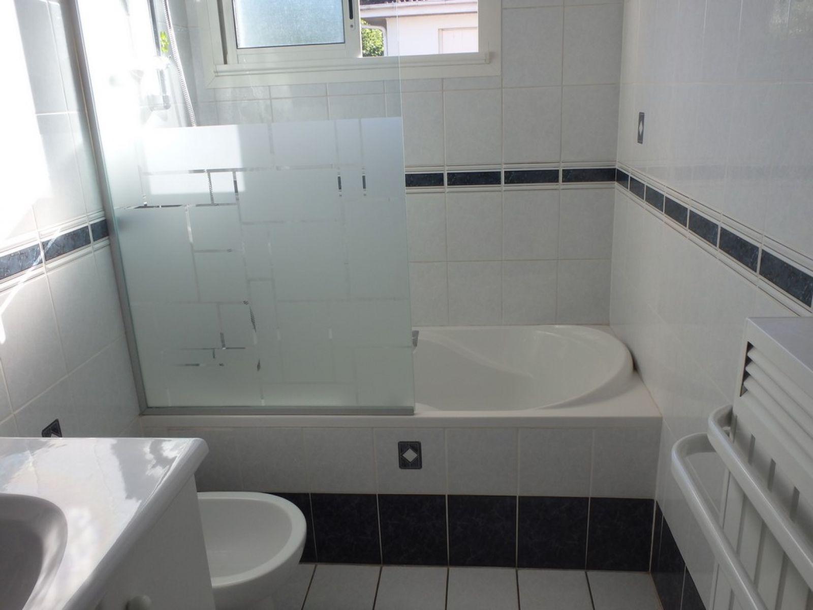 d coupe de baignoire pour prendre une douche en toute s curit sur bordeaux bordeaux sobain. Black Bedroom Furniture Sets. Home Design Ideas
