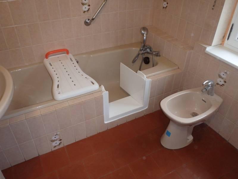 adaptation baignoire pour personne a mobilit reduite. Black Bedroom Furniture Sets. Home Design Ideas